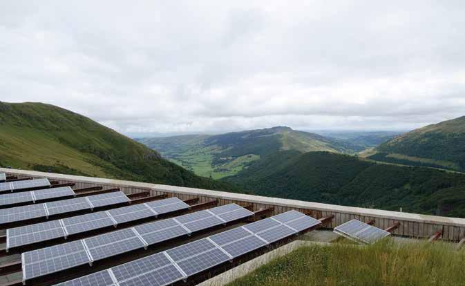 Panneaux solaires au col du pas de Peyrol (Cantal). © Arnaud Bouissou - Terra