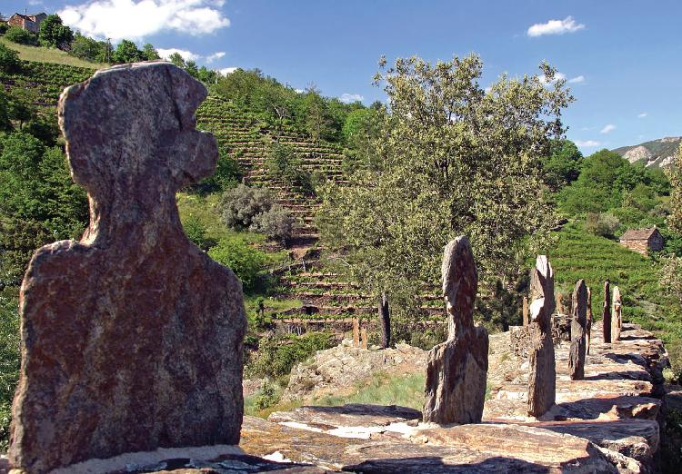 Sentier des Lauzes dans le PNR des monts d'Ardèche.