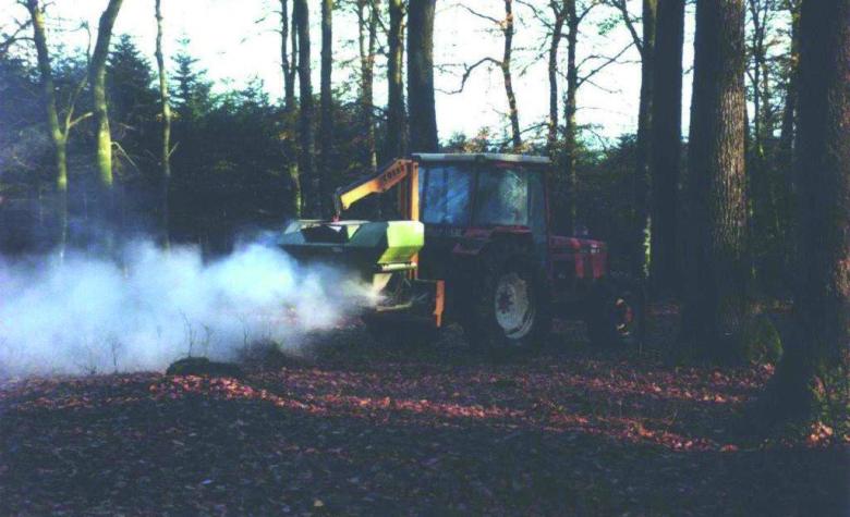 À partir d'analyses préalables des sols, un amendement sous forme de granulés a été mis au point. En fonction des besoins estimés pour chaque station, un épandage a été réalisé à l'aide d'un semoir sur tracteur à raison de 2,5 à 3 tonnes par hectare.   © P. Le Gouguec
