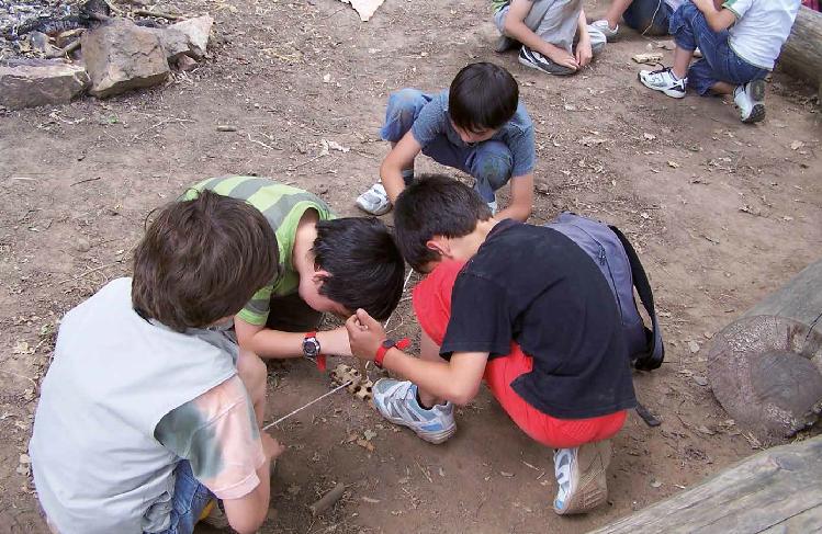 Atelier d'expérimentation archéologique autour de l'allumage du feu.
