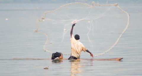 Le lac Bosumtwi (Ghana), reconnu réserve de biosphère par l'Unesco en 2016, dépend d'une zone de gestion communautaire des ressources qui mêle conservation et développement d'activités génératrices de revenus.