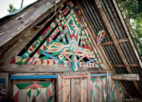 Une case traditionnelle aluku, à Boniville (commune de Papaïchton). Des motifs tembés sont peints sur la façade