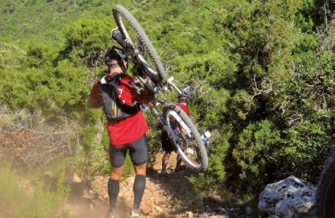 Le tracé du raid de Jouques empruntait un endroit très sensible. Le passage a été autorisé en demandant aux organisateurs d'exiger que les coureurs portent leur vélo sous peine de disqualification.