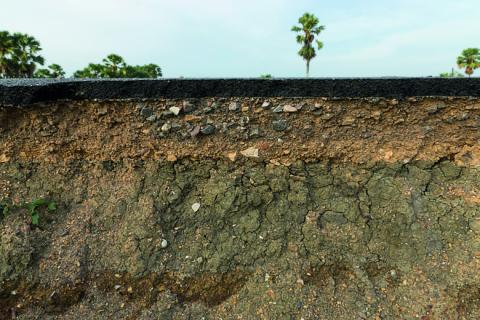 L'artificialisation, une des causes principales de la dégradation des sols.     © Adobe Stock